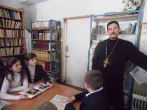 Священник Георгий Медведев в Моисеево-Алабушской школьной библиотеке