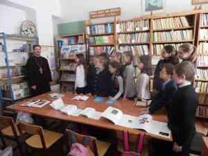 Священник Георгий Медведев с учениками Моисеево-Алабушской школы