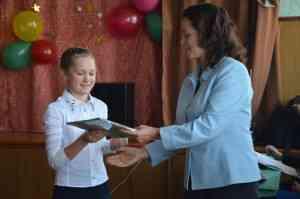 Губанова Н.А. вручает диплом и подарок Махониной Дарье